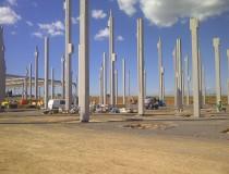 Pose de piliers en béton d'une plateforme logistiuqe